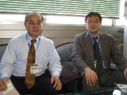 横浜市都市整備局企業誘致担当の松本課長(左)と嶋田係長