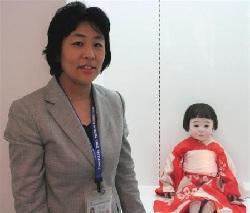 「人形の家」で学芸員を務める小原まい子さん